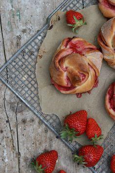 SÜSSE ERDBEER-HEFE-SCHNECKCHEN | Sweet Strawberry Rolls