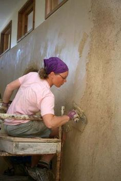 Applying interior finish earth plaster- Is this Christina Ott? Cob Building, Green Building, Building A House, Straw Bale Construction, Earth Bag Homes, Earthship Home, Mud House, Adobe House, Tadelakt
