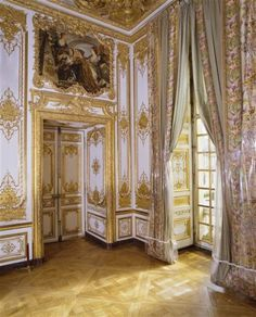 Detailed image of the curtains and boiserie in the Chamber de la Reine, Versailles Beautiful Architecture, Art And Architecture, Architecture Details, Chateau Versailles, Palace Of Versailles, Fontainebleau, French History, Queen Bedroom, Grand Palais