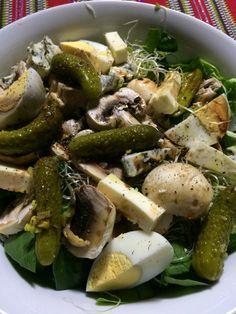 Espinaca, retoño de alfalfa, hongos, pepinillos, queso