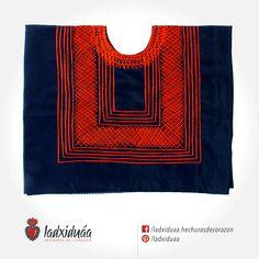 Huipil sencillo azul, con tejido de cadenilla en hilo rojo.