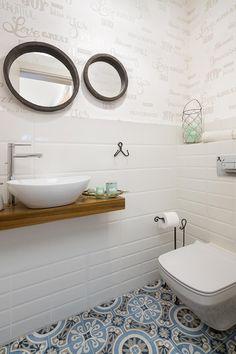 נגישה, נוחה ומעוצבת: שיפוץ דירה במרכז הכרמל   בניין ודיור Guest Toilet, Downstairs Toilet, Compact Bathroom, Wood Floor Lamp, Bed With Slide, Toilet Room, Toilet Design, Bathroom Interior Design, Clawfoot Bathtub