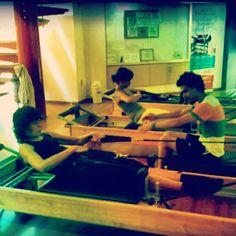 """@inspirahpilates's photo: """"Pilates Reformer Rowing, con la variación de @Lilu29 de pronacion y neutro de @Jairandasolo. En #Pilates hay pa'todos los gustos y estilos :)"""""""