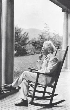 Mark Twain fumando en el porche de su casa, 1905. / Mark Twain smokes in the porch of his house, 1905.