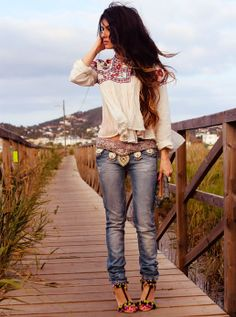gorgeous belt and distressed jeans