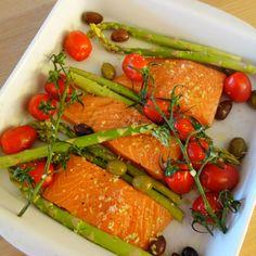 En super nem ret med laks, som klarer sig selv i ovnen. Laks med friske asparges, tomater, oliven og parmesan er en virkelig god og smagfuld sammensætning.