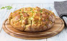 Tonno, uova, acciughe, capperi, emmentaler e mozzarella: sono questi gli ingredienti per il ripieno di questo gustoso e originale pane farcito.