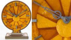 Relógio de mesa alemão feito de âmbar e metal prateado. Atribuído a Naujoks, Mann e Geduk, Koenigsberg, Alemanha, por volta de 1940.