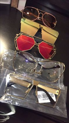 The video consists of 23 Christmas craft ideas. Cat Eye Sunglasses, Sunglasses Women, Jewelry Accessories, Fashion Accessories, Look Retro, Fashion Eye Glasses, Cute Glasses, Sunglass Frames, Eyeglasses