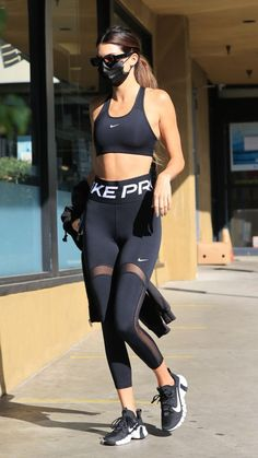 Kendall Jenner showed off her post-workout style in an all Nike look from her sports bra and leggings to her sneakers with Hailey Baldwin. Athleisure Outfits, Sporty Outfits, Cute Outfits, Loungewear Outfits, Gym Outfits, Kendall Jenner Workout, Kendall Jenner Outfits, Cute Workout Outfits, Workout Attire