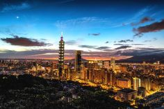 台北市信義區-象山 這天來到了象山超然亭附近來等日落一路拍到藍調夜景空氣品質很好連右邊的美麗華摩天輪都看得到夕陽是火燒雲當進入藍調魔幻時刻路燈初亮之時真的被這樣的美景感動到了 -------------------------------- #taiwan #trip #travel #bpintaiwan #igers #instagram #amazingtaiwan #summer #instagood #nature #taipei101 #iseetaiwan #clouds #igerstaiwan #台灣 #taipei #terrace #mountains #旅行 #tree #dji #vscotaiwan #travelyam #eventtaiwan #sun #love #landscape #adventure #nightview #popdaily