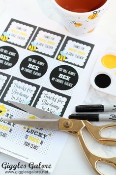 Celebrate the special teachers in your life with an adorable DIY Bee Fingerprint Teacher Appreciation Gift with free printable tags. Bee Teacher Gifts, Preschool Teacher Gifts, Bee Gifts, Bee On Flower, Flower Pots, Free Printable Tags, Free Printables, Yellow Crafts, Elementary Counseling