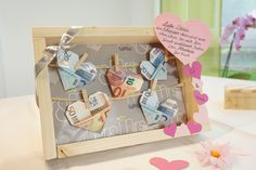 Banknotes on the clothesline for the wedding - Hochzeit geschenk geld Bachelorette Party Cupcakes, Bachelorette Gifts, Handmade Wedding Gifts, Wedding Gifts For Guests, Cool Gifts, Diy Gifts, Wedding Picture Frames, Clothes Line, Easy Diy Crafts