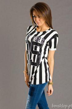 Bluzko-#tunika z napisem New York i numerem 95 przywodzi na myśl dziewczynę sportowca. Jeżeli lubisz czuć się swobodnie, a sexowny sportowy styl nie jest Ci obcy to nie zwlekaj i zamów ją już dziś!... #Tuniki - http://bmsklep.pl/signature-tunika-czarny-6229-1-tuniki