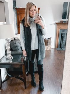 From athletic looks to dressier options, you'll find over twenty spanx faux leather leggings outfits for fall and winter! Legging Outfits, Athleisure Outfits, Sporty Outfits, Leggings Fashion, Sporty Fashion, Airport Fashion, Fashion 2020, Curvy Fashion, Work Outfits