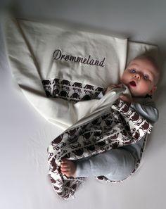 Lav dit helt eget personlige babytæppe, som er super blødt og bliver designet af dig. Teksten er selvvalgt.