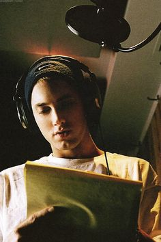 "wrote and recorded ""The Real Slim Shady"" just 3 hours before his album was due. Rap God, Bob Marley, Bruce Lee, Marshall Eminem, Eminem Wallpapers, Eminem Rap, Eminem Music, Mode Hip Hop, Eminem Photos"