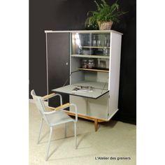 L'atelier des greniers vous propose ce magnifique secrétaire vintage.