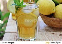 Mátový ledový čaj s citronem a medem recept - TopRecepty.cz Pint Glass, Cantaloupe, Beer, Fruit, Tableware, Food, Lemon, Root Beer, Ale