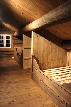 Piękny dom z grubych bali, dużo czerni i grafitu, głębokiego brązu, natu. Bedroom Loft, Room Decor Bedroom, Cabin Homes, Log Homes, Alcove Bed, Wattle And Daub, Cabin Loft, Building A Cabin, Built In Bed