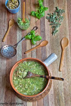 Zuppa con orzo legumi e pesto