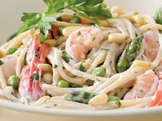 Creamy Garlic Pasta with Shrimp and Vegetables. But I would use spaghetti squash in place of the pasta. Pastas Recipes, Healthy Pasta Recipes, Healthy Pastas, Seafood Recipes, Dinner Recipes, Cooking Recipes, Easy Recipes, Garlic Recipes, Yogurt Recipes