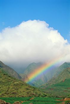 Rainbow in Hawaii - photo by Getty Images, via Huffington Post Beautiful Rainbow God. Rainbow Sky, Love Rainbow, Over The Rainbow, Rainbow House, Mother Earth, Mother Nature, Voyager C'est Vivre, Beautiful World, Beautiful Places