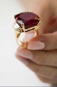 """""""The Hope Ruby"""", feito de rubi e diamantes, foi vendido por 6,7 milhões de dólares - o valor mais alto que um rubi já alcançou em leilão"""