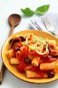 Maccheroni with #tomatosauce with #olives, #anchovies and #chilli | #Maccheroni #Casanova | #pomodoro #ricetta #recipes #tomato #recipe #italianrecipe