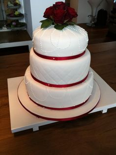 Hochzeitstorte mit Quilt-Design, echten Rosen, Spritzguss und essbaren Diamanten. / Wedding cake including quilt design, rosebouquet, icing and jelly diamonds.