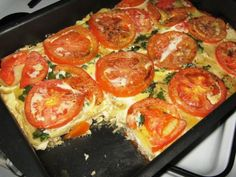 Кабачки и помидоры вымой и нарежь не слишком толстыми кружочками. Перец очисти от семян и нарежь колечками. Выложи овощи в форму для запекания, разместив их вертикально и чередуя друг с другом. Посоли, приправь черным перцем. По желанию можешь присыпать блюдо пряными травами. Верх овощей смажь сметаной и посыпь тертым сыром. Взбей яйцо с молоком и