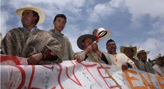"""Santos pide a los campesinos no recurrir a """"vías de hecho"""". Este martes se realizará la reunión entre el gobierno y las ocho Dignidades Agropecuarias para intentar conjurar el paro.  SANTOS """"VALIENTE"""" ATACANDO LOS CAMPESINOS - COBARDE CON LOS NARCO-TERRORISTAS FARC."""