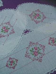 This Pin was discovered by rum Cross Stitch Rose, Bargello, Double Crochet, Diy And Crafts, Quilts, Blanket, Embroidered Towels, Bath Linens, Monogram