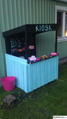 Jag hade inte råd att köpa en lekstuga för massa pengar så jag byggde en kiosk istället :).