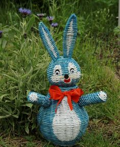 Newspaper Crafts, Old Newspaper, Recycled Magazines, Paper Weaving, Art N Craft, Easter Crafts, Paper Art, Wicker, Arts And Crafts