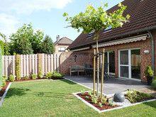Der kleine Garten wird von drei verschiedenen Mauerarten umgeben ...
