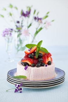 No Bake Yogurt Strawberry Cake by melangery: Light and refreshing. Blueberries or raspberries make equally delicious alternatives to strawberries. #Cake #Yogurt #Strawberry