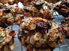 Voici une galette à la cerise et aux amandes SANS GLUTEN* et SANS PRODUITS LAITIERS : la galette digne d'une mignardise, la CERISE DE TOI! Cousine de la fameuse Schtroumphante, la Cerise de toi de distingue par son goût unique de cerise et d'amande. En cette fin d'été, elle vient parfumer le début de l'automne... Gluten Free Cookies, Beignets, Sans Gluten, Scones, Coco, Dairy Free, Biscuits, Cherry, Tasty