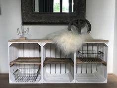 Deze Fruitkist kast Wit met oude legplank is zeer hip, makkelijk bv om uw schoenen in te plaatsen of gebruik deze leuke kast als tv meubel, kijk snel!