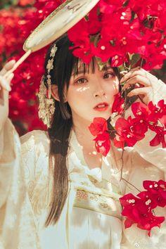 Save = Follow Yu >< Beautiful Chinese Women, Beautiful Asian Girls, Chinese Makeup, Oriental Fashion, Chinese Fashion, Art Of Beauty, Ancient Beauty, Chinese Style, Chinese Art