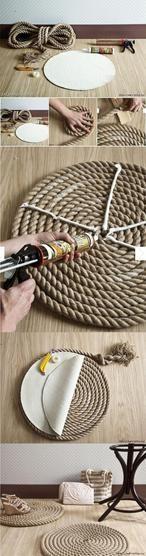 STOER zo een vloerkleed! Je kunt hem in elke gewenste afmeting maken. Dit dikke touw koop je bij de bouwmarkt of bij de touwwinkel in Lelystad (deze winkel heeft ook een webshop). Het uiteinde van het touw omwikkel je met afhechttouw of tape.
