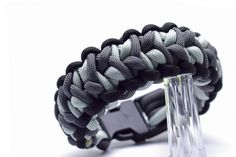 550 Shades of Grey Flogger und Tutorial Paracord Bracelet Designs, Paracord Projects, Paracord Bracelets, Paracord Ideas, Survival Bracelets, Swiss Paracord, Paracord Knots, 550 Paracord, Paracord Tutorial