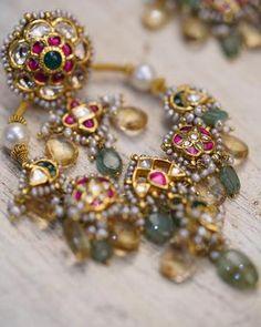 Gold Jhumka Earrings, Indian Jewelry Earrings, Indian Wedding Jewelry, Jewelry Design Earrings, Gold Earrings Designs, Gold Jewellery Design, Antique Jewellery Designs, Bridal Jewelry, Diamond Jhumkas