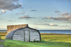 Auf derkleinen Insel Lindisfarne vor der Nordostküste Englands, findet man dutzende von urigen Fischerhütten, die aneinandergereiht am Ufer der Küste…