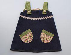 Vestido - pichy en tela tejana combinado en algodón estampado, se abotona por la espalda. Detalle de bolas de madera en tirantes.