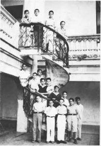 Colegio Dolores. En el extremo izquierdo de la primera fila.