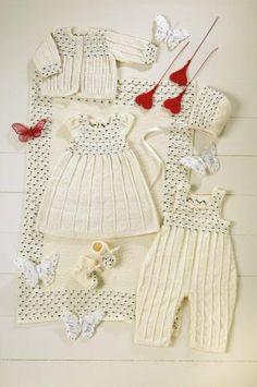 ULL: Dette settet med babyklær i tynn ull er en fin gave til barnet ditt. Baby Clothes Patterns, Baby Knitting Patterns, Baby Patterns, Clothing Patterns, Knitting For Kids, Crochet For Kids, Crochet Baby, Handmade Baby Clothes, Knitted Baby Clothes