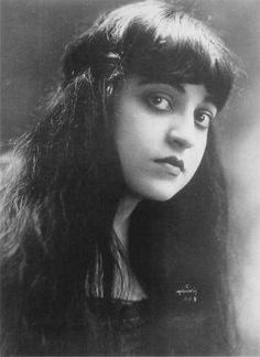 Rosa Ponselle (1897-1981) American Dramatic Coloratura Soprano who started in vaudeville & made her debut at the MET with Caruso in Forza when only 21 yrs old.  Her voice was one of extraordinary beauty and voluptuousness. In its richness and depth, it has been compared by commentators at various times to port wine, maroon velvet and dark chocolate.  The voice was absolutely even in its scale, her trills seemingly endless, her legato exemplary.  She had a three-octave range.