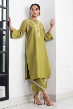 Simple Pakistani Dresses, Pakistani Fashion Casual, Pakistani Dress Design, Pakistani Outfits, Stylish Dress Designs, Stylish Dresses, Fashion Dresses, Kurti Embroidery Design, Embroidery Suits