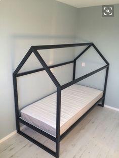 I och med flytten så bytte vi ut Alfreds spjälsäng mot en vanlig 90 säng, KURA från IKEA. Han har aldrig sovit nåt vidare i spjälsängen och vill alltid ha någo